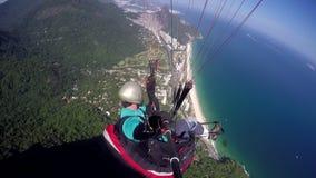 Paragliderpilot, handikapp som läkarundersökning flyger i deras egen paragliding arkivfilmer