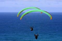 Paragliders acima do mar Fotos de Stock