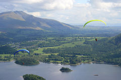 Paragliders do distrito do lago Fotos de Stock Royalty Free