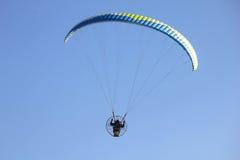 Paragliders do voo no céu Foto de Stock