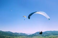 Paragliders do voo no céu Fotografia de Stock Royalty Free