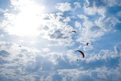 Paragliders em tandem imagens de stock royalty free