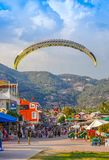 Paragliders em tandem imagens de stock