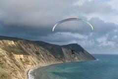 Paragliders em tandem de voo sobre o mar e perto das montanhas, opinião bonita da paisagem Fotos de Stock Royalty Free