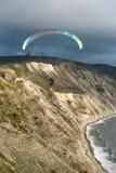 Paragliders em tandem de voo sobre o mar perto das montanhas, ideia vertical da paisagem Imagem de Stock