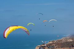 Paragliders em tandem em Torrey Pines Gliderport em La Jolla Fotos de Stock Royalty Free