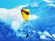 Paragliders em tandem nos cumes de Glarus da cordilheira ou na região de turista de Glarnerland fotografia de stock