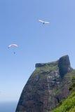 Paragliders em torno da montanha Fotos de Stock