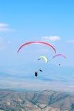 Paragliders em um fundo do céu azul Fotos de Stock