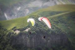 Paragliders em voo Foto de Stock Royalty Free