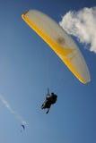 Paragliders i den blåa himlen Fotografering för Bildbyråer
