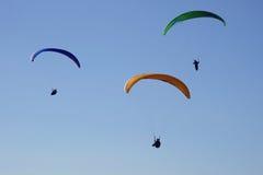 Paragliders i handling Arkivbild