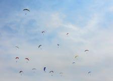 Paragliders i himlen Royaltyfri Foto