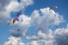Paragliders i himlen Arkivfoton