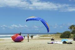 Paragliders landar på den indiska havkusten i Les Colimatons Les Hauts De Möte, Frankrike Arkivbilder