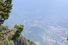 Paragliders lata nad Merano panoramą w Południowym Tyrol Obrazy Royalty Free