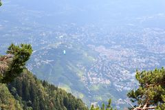 Paragliders lata nad Merano panoramą w Południowym Tyrol Fotografia Royalty Free