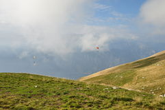 Paragliders in mountains Royalty Free Stock Photos