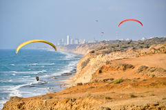 Paragliders na costa imagens de stock royalty free