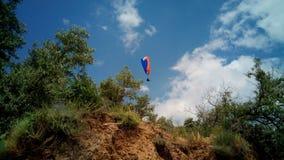 Paragliders no céu acima da costa do Mar Negro perto de Koktebel, Crimeia fotografia de stock
