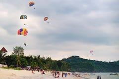 Paragliders no por do sol em Langkawi, Malásia Fotografia de Stock