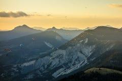 Paragliders no por do sol em St Andre, França imagem de stock