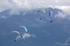 Paragliders nos cumes Fotos de Stock Royalty Free
