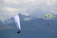 Paragliders nos cumes Imagem de Stock
