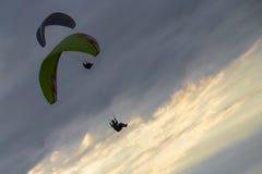 Paragliders przy zmierzchem Fotografia Stock