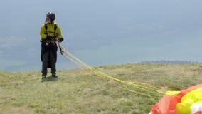 Paragliders que aterram e que descolam da inclinação de montanha perto de Locarno vídeos de arquivo