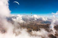 Paragliders que voam acima das nuvens fotos de stock royalty free