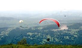 Paragliders que voam em Romênia Fotos de Stock