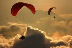 Paragliders que voam sobre o mar Mediterrâneo, Turquia Foto de Stock