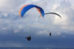 Paragliders sobre o mar Imagens de Stock Royalty Free
