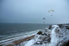 Paragliders sobre o mar frio Fotografia de Stock Royalty Free