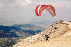 Paragliders som förbereder utrustningen på Babadag för lanseringen/, ordnar till för att flyga fotografering för bildbyråer