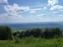 Paraglides latanie przy niebem Obrazy Royalty Free