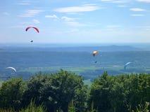 Paraglides latanie przy niebem Obrazy Stock