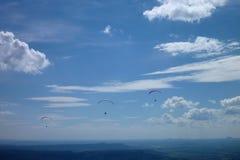 Paraglides latanie przy niebem Fotografia Royalty Free