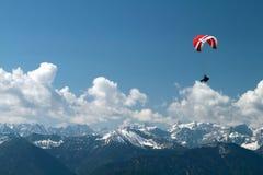 Paragliding över berg Fotografering för Bildbyråer