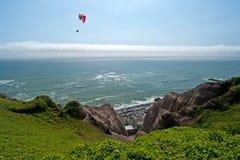 Paragliding över Costa Verde Arkivbild