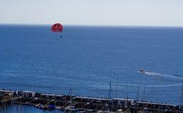 Paragliding över havet Arkivbilder