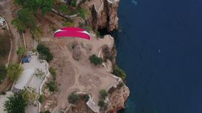 Paragliding över havet och vaggar flyg- bästa sikt lager videofilmer