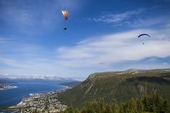 Paragliding över Norge Arkivbilder