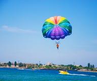 Paragliding в ясном небе Стоковые Изображения