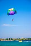 Paragliding в ясном небе Стоковое Изображение RF