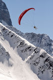 Paragliding above mountains snowy Royalty Free Stock Images