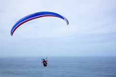 Paragliding above the ocean Royalty Free Stock Images