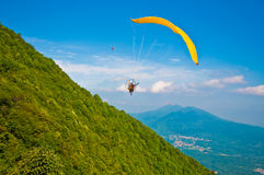 Paragliding above the town Royalty Free Stock Photos