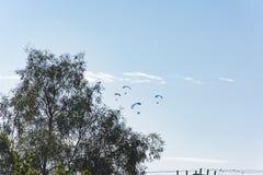 Paragliding accionado Paramotoring en Israel imagenes de archivo